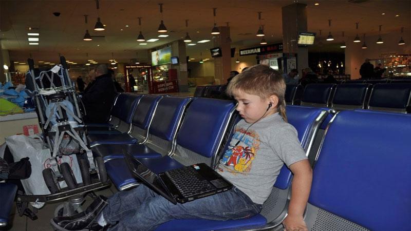 Что взять в самолет для ребенка - ноутбук или планшет