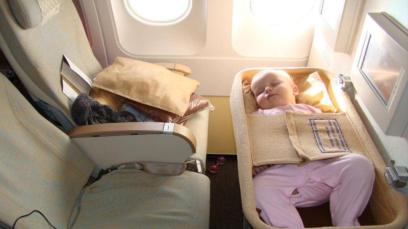 Лучше всего лететь с маленьким ребенком в люльке