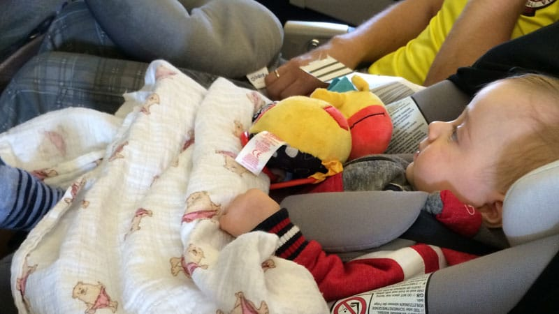 Где лучше всего сидеть с ребенком в самолете - выбирайте первый ряд