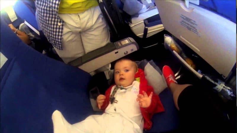 Перелет с грудным ребенком - не стесняйтесь попросить пассажиров и стюардессу об услуге