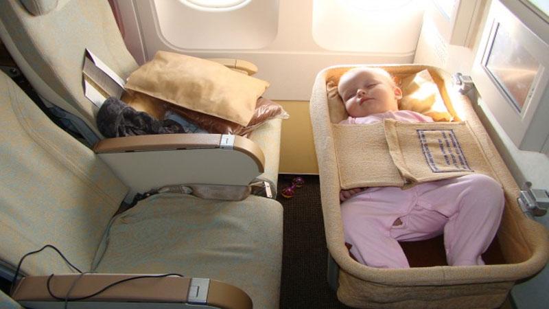 Ребенок до 2 лет должен лететь в присутствии родителей