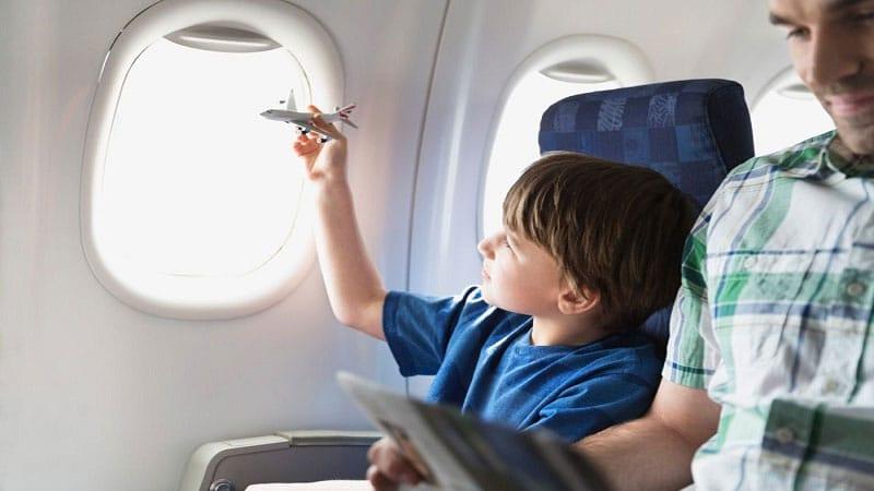 ребенок в самолете под присмотром взрослого