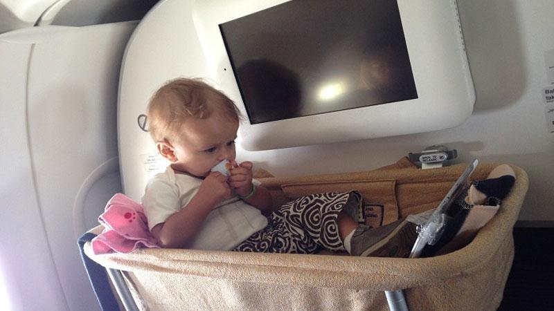 Маленький ребенок в люлке в самолете