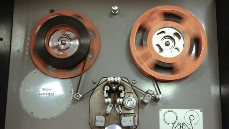 Раньше для записи использовали магнитную ленту