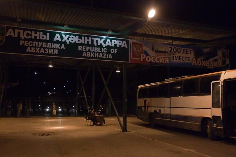 добраться на самолете до Абхазии