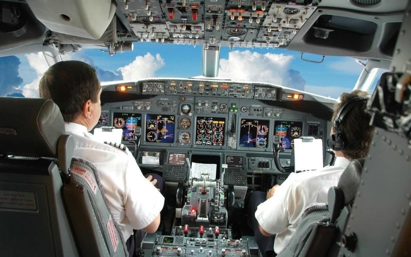 как управлять самолетом