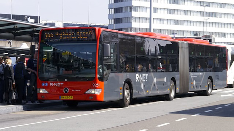 Добраться из аэропорта Амстердама до центра города на автобусе