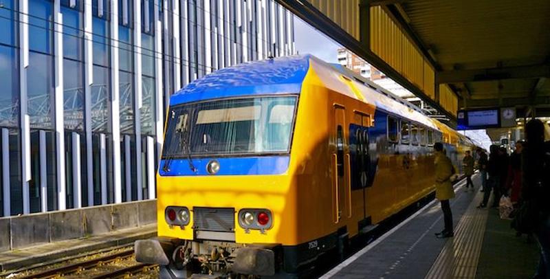Добраться из аэропорта Амстердама до центра города на поезде