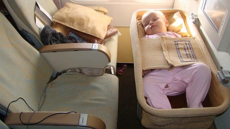 Как лететь в самолете с годовалым ребенком