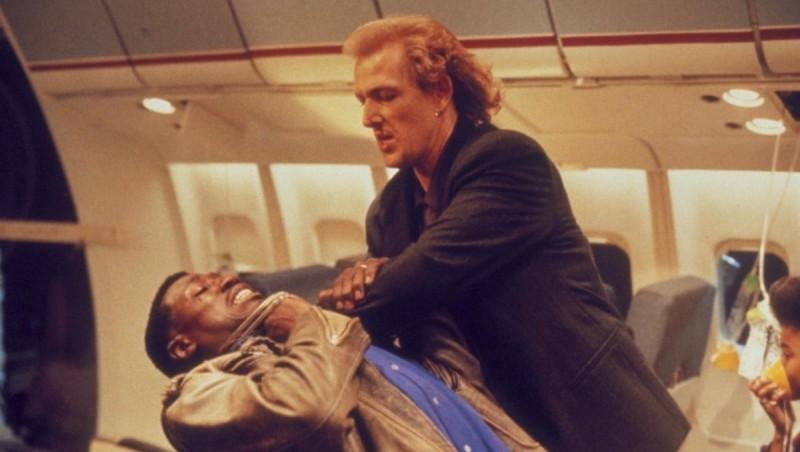 фильм про захват самолета террористами пассажир 57