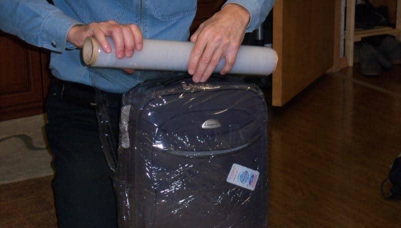упаковка чемодана в аэропорту