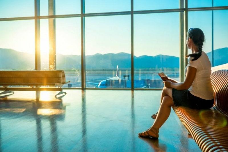 Как правильно в аэропорту или в аэропорте
